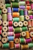 Bobine del filetto colorato fondo eterogeneo multicolore immagini stock libere da diritti