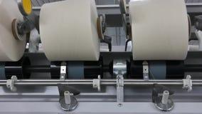 Bobine del filo ad una fabbrica del tessuto stock footage