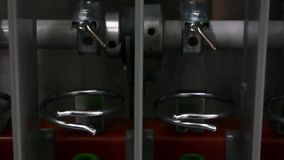 Bobine del filo ad una fabbrica del tessuto video d archivio