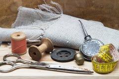 Bobine del filo e degli strumenti colorati per cucire Immagini Stock