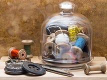 Bobine del filo e degli strumenti colorati per il cucito nella a Fotografie Stock
