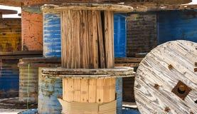 Bobine del metallo & di legno dei cavi ad alta tensione Fotografie Stock