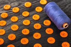 Bobine des fils et des boutons Photos stock