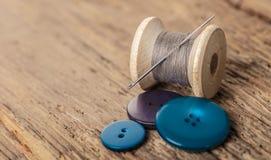 Bobine des fils et des boutons Photo stock