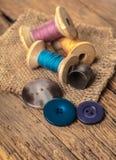 Bobine des fils et des boutons Photo libre de droits