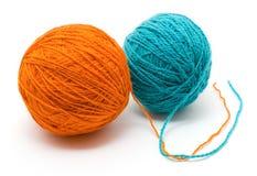 Bobine deux avec les amorçages de laine de différentes couleurs Photo stock