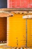 Bobine di cavi del metallo dipinte arancio, blu, rosso Fotografia Stock Libera da Diritti