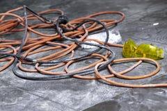 Bobine di cavo elettrico che si trovano sul posto di lavoro del pavimento Fotografie Stock Libere da Diritti