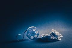 bobine di film di 35mm fatte di carta con illuminazione drammatica Immagine Stock