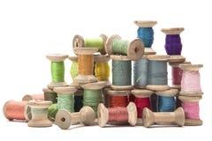 Bobine di legno con i fili colorati del cotone per Immagine Stock