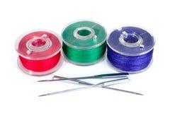 Bobine di plastica ed aghi della macchina per cucire fotografia stock