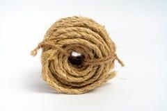 Bobine du sisal de corde de fibre petit sur le fond blanc d'isolement photos stock