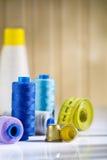Bobine e cilindri porta caratteri con nastro adesivo di misura Fotografie Stock Libere da Diritti