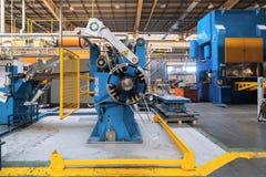 Bobine en acier laminée à froid sur le decoiler de la machine à la fabrication de métal ouvré photo stock