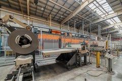 Bobine en acier laminée à froid sur le decoiler de la machine à la fabrication de métal ouvré image libre de droits