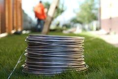 Bobine en aluminium de fil sur l'herbe photos libres de droits