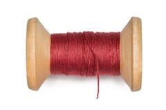 Bobine en bois avec des amorçages de rouge d'isolement sur le blanc Photos libres de droits