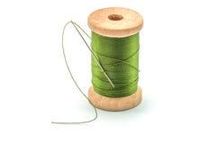 Bobine en bois d'isolement de fil et d'aiguille verts Photo stock