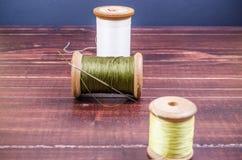 Bobine en bois de fil du grunge trois de vintage avec l'aiguille Photo libre de droits