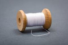 Bobine en bois de vintage du fil de couture blanc Images stock