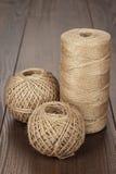 Bobine et boules de fil durable images stock