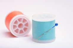 Bobine isolate del filo con il perno su fondo bianco Fotografia Stock