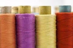 Bobine o bobine dei filati cucirini multicolori Fili di tutta la c Immagine Stock