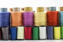 Bobine o bobine dei filati cucirini multicolori Fili di tutta la c Fotografia Stock Libera da Diritti
