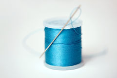 Bobine rouge de fil sur le tissu Image stock
