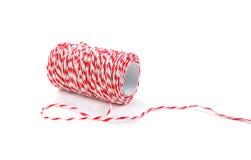 Bobine rouge et blanche de ficelle de boulanger d'isolement sur le fond blanc Photos libres de droits