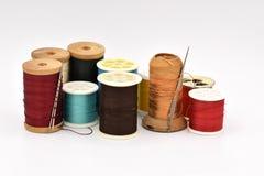 Bobines assorties de fil sur le fond blanc Photographie stock