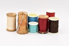 Bobines assorties de fil sur le fond blanc Photo stock