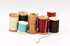 Bobines assorties de fil sur le fond blanc Images stock