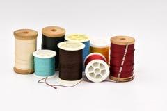 Bobines assorties de fil sur le fond blanc Photo libre de droits