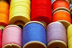 Bobines avec des amorçages de couleur Fond industriel Images stock