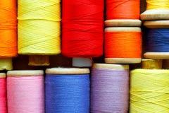 Bobines avec des amorçages de couleur Fond industriel Photo libre de droits