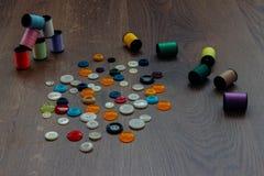 Bobines avec des fils de couleur Photographie stock