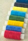 Bobines avec haut étroit de fils de couleur Images libres de droits