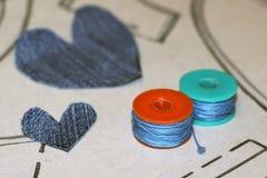 Bobines avec le fil coloré et dessiner les détails avec un crayon Photos libres de droits