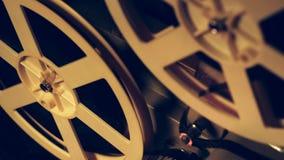 Bobines avec le film tournant étroitement vers le haut de la vue Objets de cru, concept de cinématographe Rétro projecteur de fil banque de vidéos