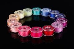 Bobines avec les amorçages colorés Photos stock