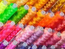 Bobines avec les amorçages colorés de semailles Photographie stock libre de droits