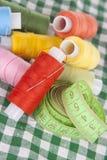 Bobines avec les amorçages colorés sur un tableclo checkered Images libres de droits