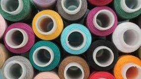 Bobines avec les fils colorés photographie stock