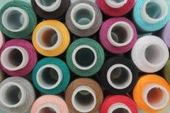 Bobines avec les fils colorés images stock