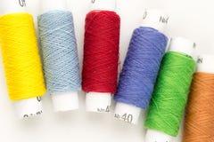 bobines Beaucoup-colorées de plan rapproché de fil Photo stock