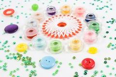 Bobines, boutons sur le blanc Photographie stock