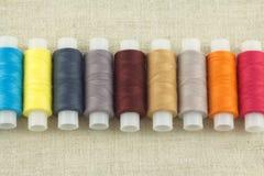 Bobines colorées avec haut étroit de fils Photo stock
