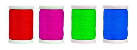 Bobines colorées avec l'amorçage d'isolement sur le blanc Photo libre de droits