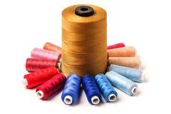 Bobines colorées d'isolement sur le fond blanc Ya coloré de coton Photos stock